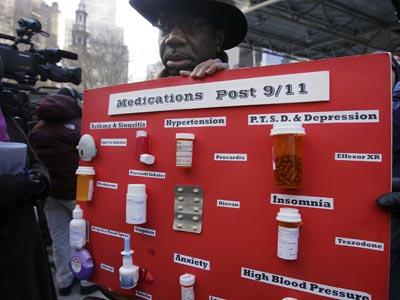 Marvin Bethea, un paramédico que intervino en el 11-S, expone todos los medicamentos que está obligado a tomar a causa de las secuelas. spencer