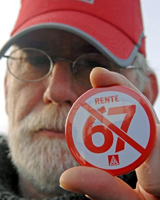 Un trabajador alemán protesta contra la jubilación a los 67 años. Armin Weigel