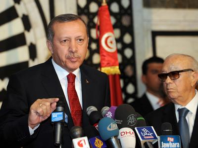 Erdogan responde preguntas de la prensa junto al primer ministro tunecino, Beji Caid Essebsi. fethi belaid / afp