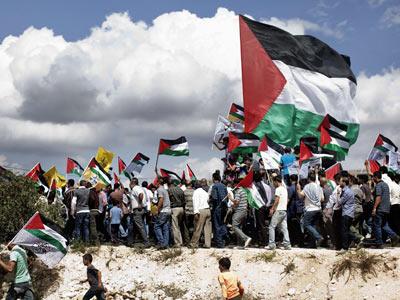 Procesión funeral, con banderas de Palestina, por el campesino cisjordano muerto el viernes. MARCO LONGARI / afp