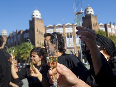 Activistas antitaurinos brindan durante la concentración de hoy en la Monumental.