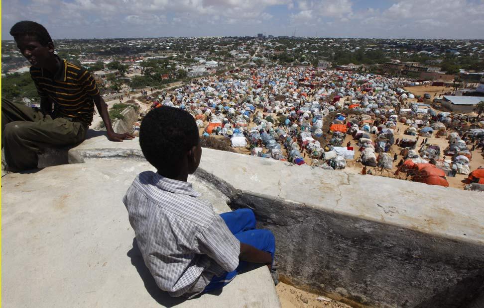 DESPLAZADOS - Un niños observa el campamento de desplazados por la hambruna en Mogadiscio (Somalia).