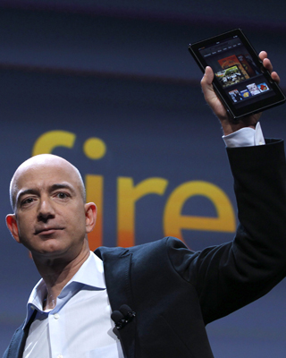 El CEO de Amazon, Jeff Bezos, sostiene el nuevo 'Kindle Fire'.- REUTERS