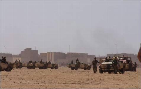 Con estas imágenes, tomadas por activistas saharauis, se confirma la acusación de que los soldados de Rabat fueron cómplices de los marroquíes que se enfrentaron con saharauis.