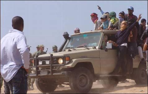 Marroquíes subidos en una 'pick-up' se dirigen, ante la pasividad de los militares, hacia una explanada en la que se producía el enfrentamiento.