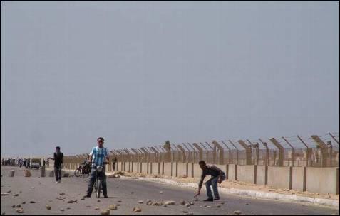 Ante la pasividad de los soldados, los marroquíes agreden con piedras a los saharauis concentrados en la zona.