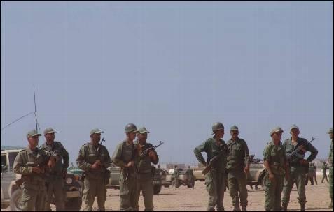Los militares protegen la retaguardia de los marroquíes evitando que sean alcanzados por la piedras de los saharauis.