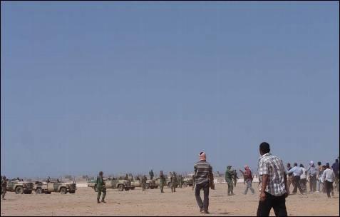 Algunos saharauis increpan a soldados marroquíes por su actitud en el enfrentamiento.