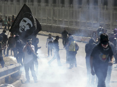 Los enfrentamientos de los estudiantes con la Policía se repitieron en Santiago. CRISTÓBAL SAAVEDRA (REUTERS)