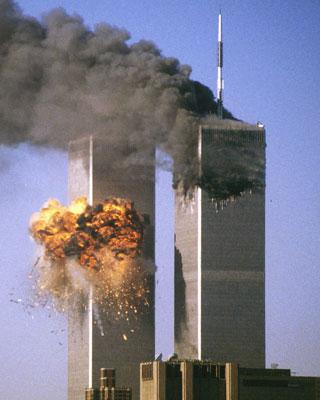 Las Torres Gemelas de Nueva York en llamas, tras estrellarse el segundo avión el 11-S. -