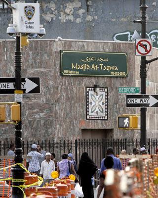 Una cámara de la Policía filma los alrededores de una mezquita de Brooklyn, en Nueva York. Bebeto Matthews / AP