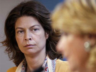 La dirigente del PP de Madrid y consejera de Educación, Lucía Figar, observa a la presidenta de su partido y de la comunidad autónoma, Esperanza Aguirre. EFE/Chema Moya