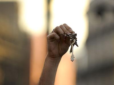 Un indignado muestra unas llaves durante una protesta en la Puerta del Sol de Madrid.
