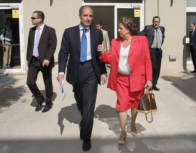Rita Barberá junto a Camps, con uno de sus bolsos Louis Vuitton.- Juan Navarro (Público)