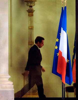 El presidete de Francia Nicolas Sarkozy sale de la reunión de urgencia con el ministro de finanzas.