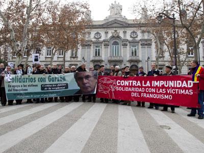 Intelectuales, sindicalistas y miembros de colectivos de la Memoria se concentraron ayer frente al Tribunal Supremo - EFE