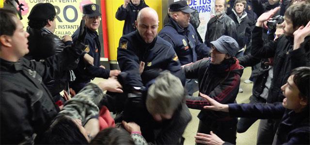 La Policía carga contra manifestantes en el Metro de Madrid. MIGUEL GARCÍA