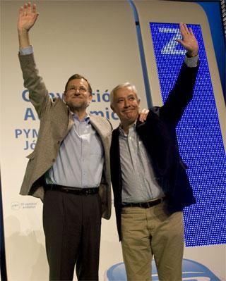 Mariano Rajoy y Javier Arenas durante la convención del PP en Málaga, el 14 de enero.-JORGE GUERRERO/AFP