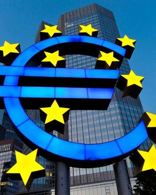 Logo del euro frente a la sede del BCE en Fráncfort. efe