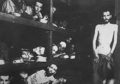 Prisioneros judíos en Auschwitz posan para un fotógrafo soviético el 27 de enero de 1945. afp