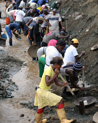 Extracción ilegal de oro en el río Dagua del Valle del Cauca.-