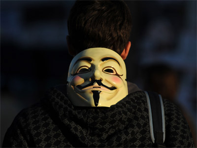 Um jovem com uma máscara de Anonymous em Madrid.  FERNANDO SANCHEZ