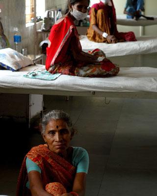 Pacientes en un hospital de tuberculosos en Ahmedabad.-AFP