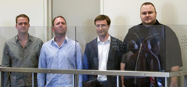 Los responsables de Megaupload Bram van der Kolk, Finn Batato y Mathias Ortmann, y su fundador, Kim Schmitz, en prisión preventiva en Auckland (Nueva Zelanda). efe