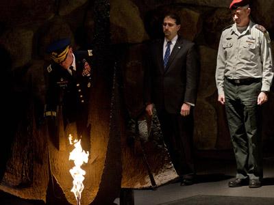 Dempsey deposita una ofrenda en el Museo del Holocausto de Jerusalén