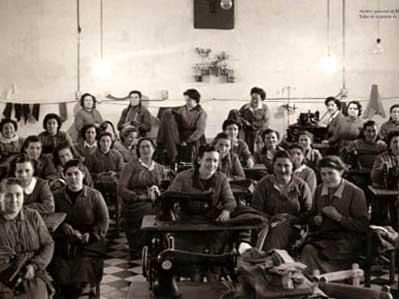 Imagen de un taller de confección de la prisión de Alcalá de Henares, en 1956.