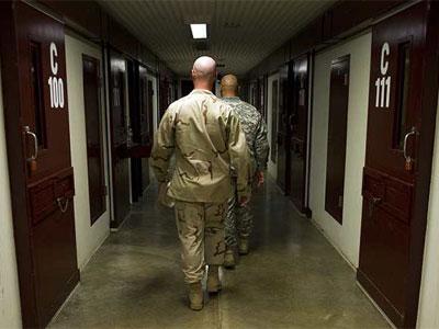 Soldados patrullando en el bloque C, en Guantánamo, en una imagen publicada por el ejército - AFP
