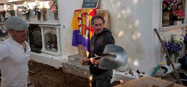 Inicio del proceso de exhumación de la fosa de mujeres de Guillena en el cementerio de Gerena.