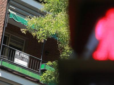 Un piso de propietarios particulares en Madrid con el cartel de 'Se vende'. Miguel García Castro.