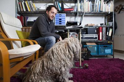Carlos Guisasola, de 31 años, tuvo que regresar a la casa de sus padres tras quebrar su empresa en 2009. Ángel Navarrete