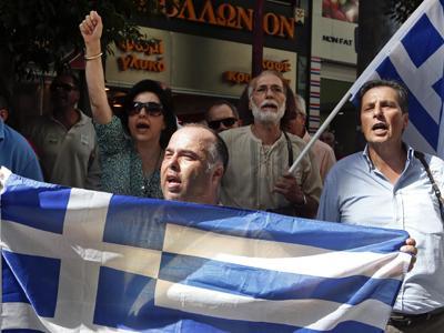 Un grupo de manifestantes delante del Ministerio de Finanzas griego.