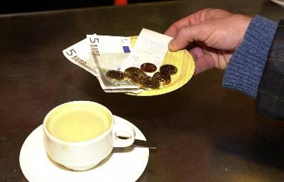 Un ciudadano recoge el cambio tras pagar un café.- Archivo EFE