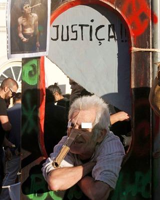 Los manifestantes han ido aumentando en número a lo largo de la tarde - REUTERS