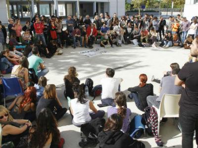 Estudiantes y profesores celebraron ayer una asamblea frente a un centro educativo de Valencia.