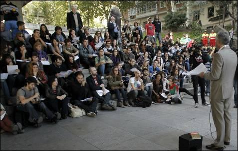 El profesor de Filología italiana de la UCM Juan Varela ofrece hoy una clase abierta en el Paseo de la Castellana de Madrid en protesta por los recortes.