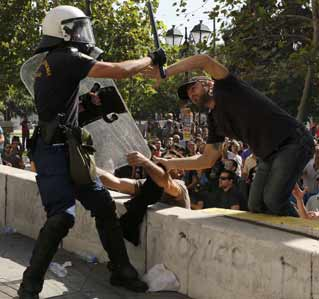 Los manifestantes intentaron expulsar a la Policía de la plaza Syntagma.