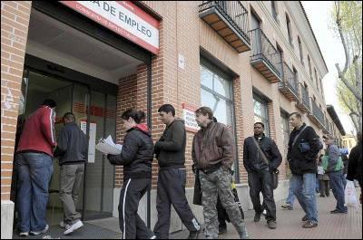 Varias personas hacen cola en la Oficina de Empleo de la Avenida de Guadalajara de Alcalá de Henares.