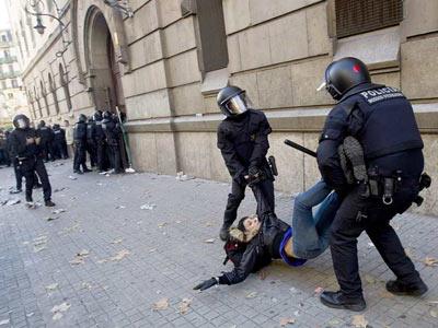 Los Mossos cargan contra los funcionarios de prisiones, en una foto de archivo - ALEJANDRO GARCÍA (EFE)