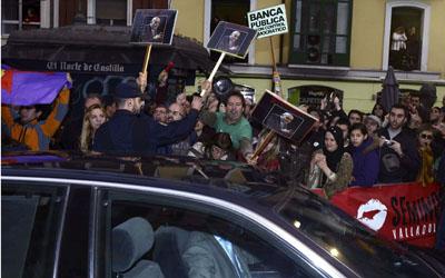 Integrantes del 15-M de Valladolid reciben con gritos y abucheos al ministro de Educación, José Ignacio Wert, a su llegada a la Seminci.