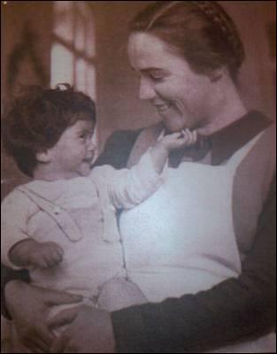 Elisabeth sostiene en brazos a Sergio Barba. Imagen cedida por la asociación 'També hi son'.