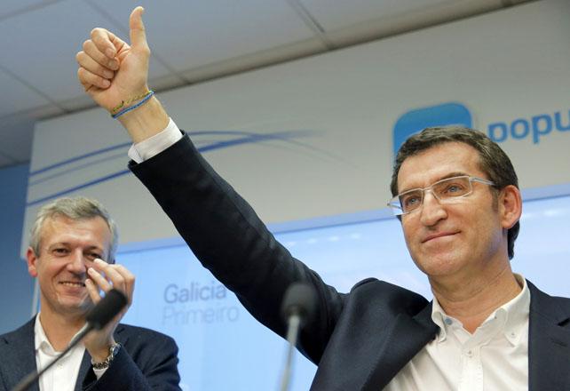 El presidente de la Xunta y candidato a la reelección por el PP, Alberto Núñez Feijóo, acompañado por el secretario general del PPdeG Alfonso Rueda, saluda durante la comparecencia en Santiago en la que ha valorado los resultados en las elecciones gallegas.-