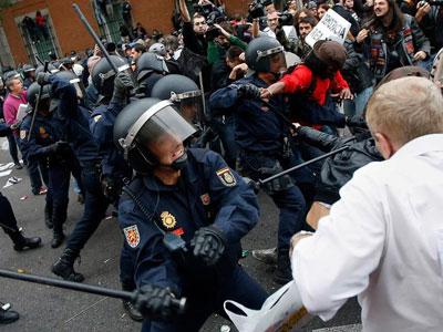 Un agente se prepara para golpear a un manifestante el pasado 25 de septiembre.