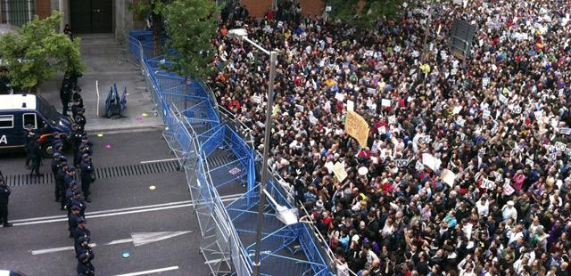 Miles de manifestantes frente a la valla de la Policía que impide el acceso al Congreso de los Diputados el pasado 25-S.