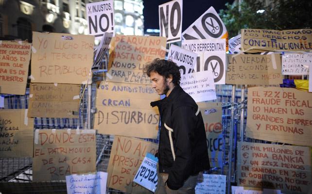 Mensajes, alternativas y quejas quedaron plasmados en cientos de carteles que colgaban en las vallas del Congreso. AFP