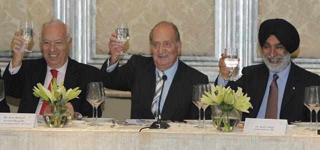 El rey Juan Carlos, junto al ministro de Asuntos Exteriores, José Manuel García-Margallo, y el empresario indio Analjit Singh.