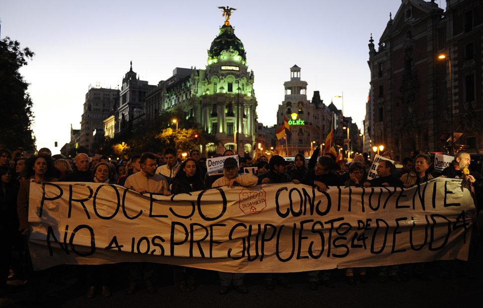 Miles de personas marchan por la Gran Vía de Madrid en dirección al Congreso a grito de 'no es un crisis es una estafa'.